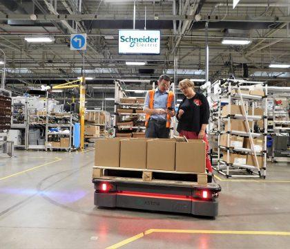 Robot MiR500 obniża koszty transportu w zakładzie Schneider Electric