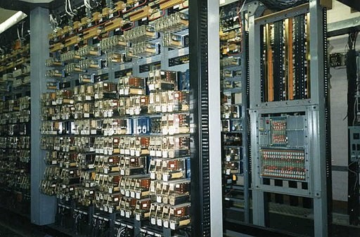 System sterowania z lat 80. XX wieku oparty o układy przekaźnikowo-stycznikowe